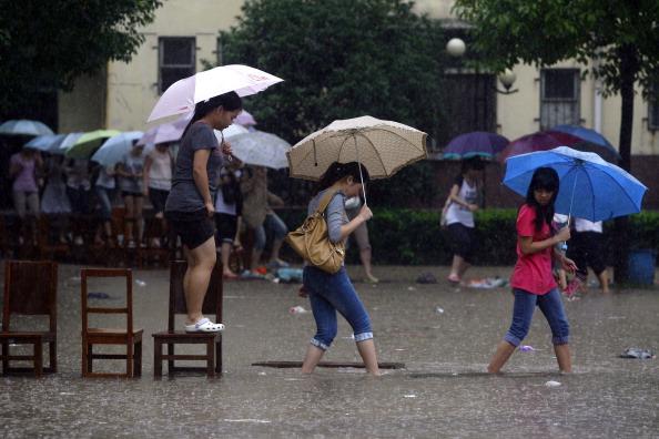 Студенти йдуть на заняття по мосту із стільців. м. Ухань, провінція Хубей. Фото: ChinaFotoPress / Getty Images