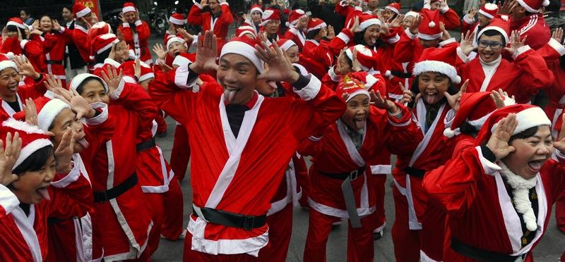 Ханой, Вьетнам, 23 декабря. Местный клуб «йоги улыбки» устроил весёлое представление в городском парке. Фото: HOANG DINH NAM/AFP/Getty Images