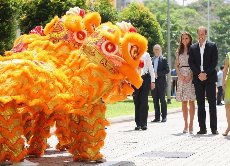 Сингапур, 12 сентября. Танцующие драконы встречают принца Уильяма и его супругу Кэтрин. Фото: Chris Jackson/Getty Images