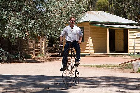 Уже знакомый нам извозчик – человек множества талантов. Чтобы кататься на таком велосипеде, требуется особое умение. Фото: Сергей Ханцис