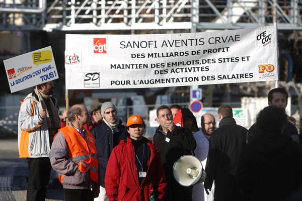 Рабочие из французской фармацевтической группы Sanofi-Aventis протестуют против реорганизации группы, а также требуют сохранить производство и рабочие места. Фото: JOEL SAGET/AFP/Getty Images