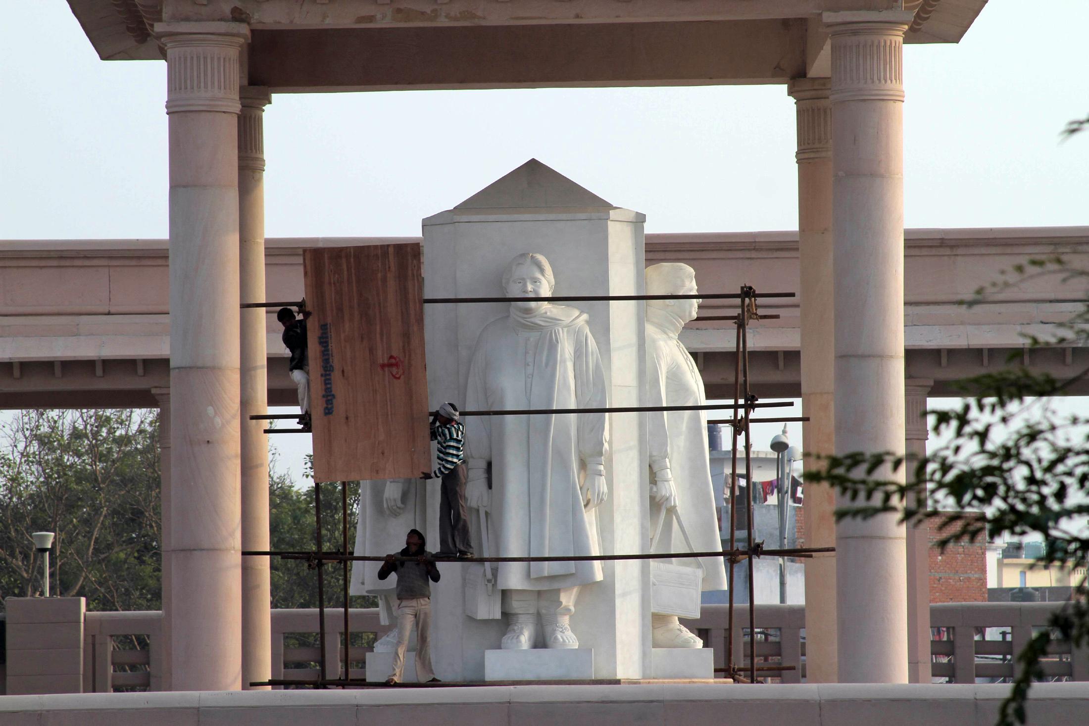 Руководство индийского штата Уттар-Прадеш спешит скрыть от глаз памятники премьер-министру этого штата Майавати Кумари. Фото: MANAN VATSYAYANA/Getty Images