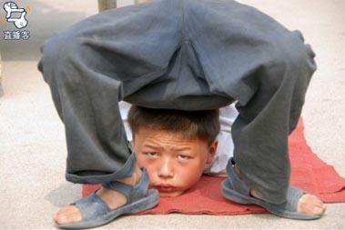 Дети зарабатывают себе на жизнь уличными представлениями. Фото с secretchina.com