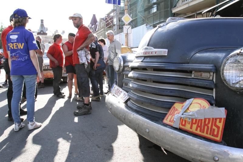 Учасники Міжнародного ралі «Пекін — Париж» 20 червня на Поштовій площі в Києві. Фото: Велика Епоха