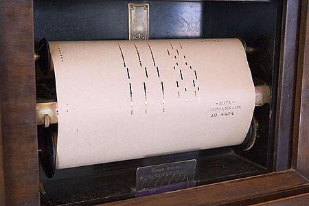 В салоне совсем древняя бабулька демонстрирует пианолу – самоиграющее пианино. По сути это настоящий проигрыватель, который исполняет пьесы, записанные на перфорированных рулонах бумаги – как для древних компьютеров. Фото: Сергей Ханцис