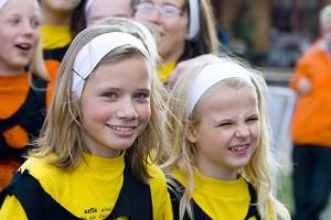 Дети замирают в восхищении от представления на сцене в детской зоне во время парусных гонок- 2007. Фото: Ян Якилек/Великая Эпоха