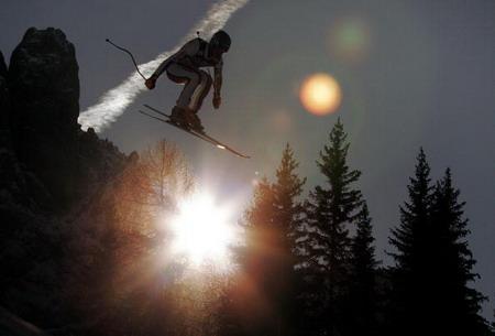 Лижники-стрибуни здійснюють швидкісний спуск із Валу Гардена. Швейцарець Дідієр Куч показав кращий час. Фото: FABRICE COFFRINI/AFP/Getty Images