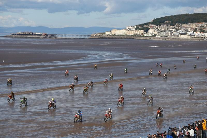 Уэстон-сьюпер-Мэр, Англия, 14 октября. Свыше тысячи моторайдеров приняли участие в ежегодных пляжных мотогонках. Фото: Michael Steele/Getty Images