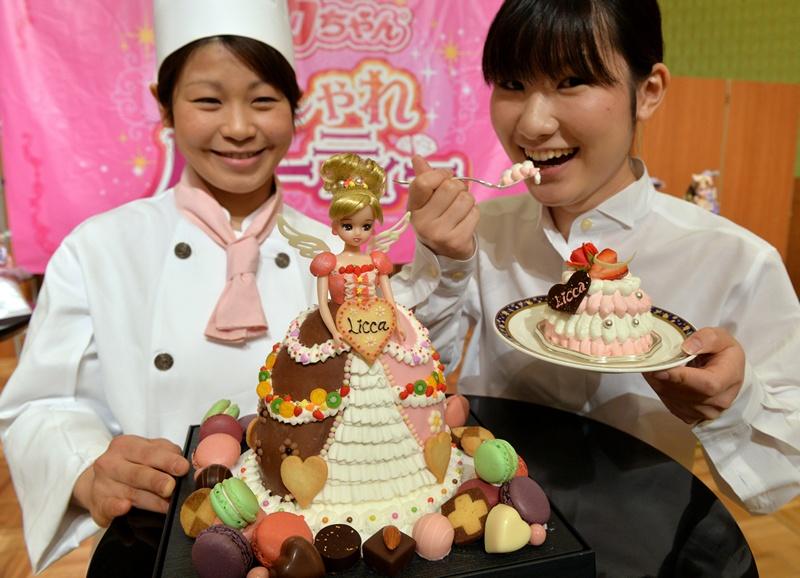 Токио, Япония, 3 мая. Кондитер Масако Нобе (слева) изготовила из крема и бисквита куклу Ликка-чан ко дню её рождения 3 мая. Фото: YOSHIKAZU TSUNO/AFP/Getty Images