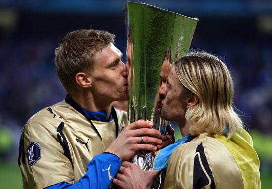 Анатолий Тимощук и Павел Погребняк. Фото: by Paul Gilham/Getty Images)