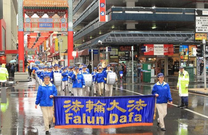 Мельбурн, Австралія. Парад з оркестром в день вшанування пам'яті загиблих прибічників Фалунь Дафа, 2013 рік. Фото: Велика Епоха
