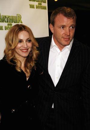 Мадонна (Madonna) та її чоловік-британський режисер Гай Річи (Guy Ritchie) в Лондоні на прем'єрі мультфільму «Артур і невидимки» (Артур і мініпути, Arhur and the Invisibles). Gareth Davies/Getty Images)