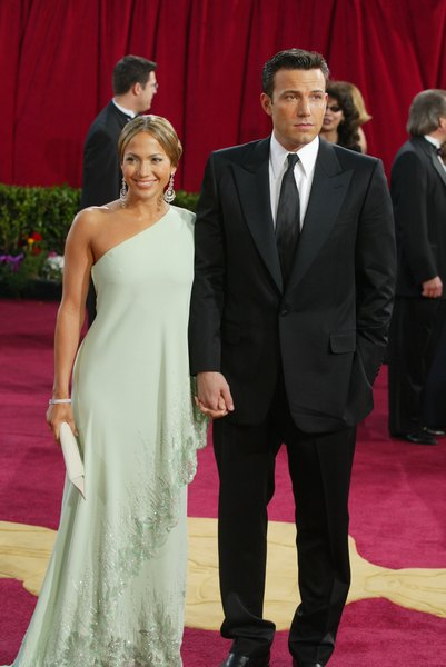 Актриса зі своїм колишнім нареченим Беном Аффлеком на 75-й щорічній церемонії нагородження Кіноакадемії у театрі Kodak, 23 березня 2003 року в Голлівуді, штат Каліфорнія. Фото: Kevin Winter / Getty Images