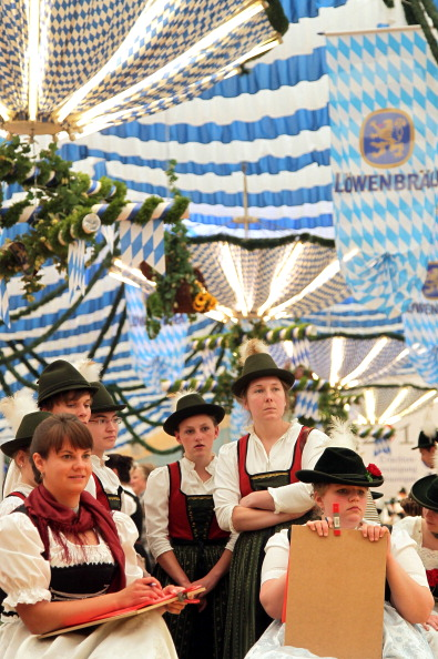 Журі конкурсу баварського народного танцю «Шуплаттлер» у фольклорному осередку м. Вайльхайм, Німеччина. Фото: Johannes Simon/Getty Images