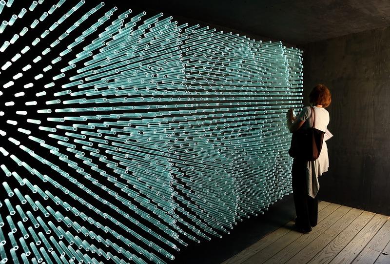 Берклі, США. 23 серпня. В ботанічному саду розмістилася інсталяція «Сонячний грот», виготовлена з 1400 скляних трубок сонячних батарей компанії Solyndra. Фото: Justin Sullivan/Getty Images