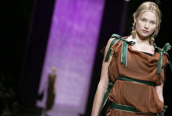 Модели на показе моды в Дубаи. Фото: AFP