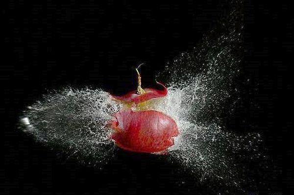 Воздушная струя пневматического ружья пролетает сквозь виноградину. Фото с epochtimes.com