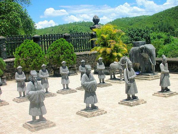 Молчаливые часовые: каменные статуи солдат стоят на страже у гробницы Кхай Динь в Хюэ. Фото с сайта theepochtimes.com