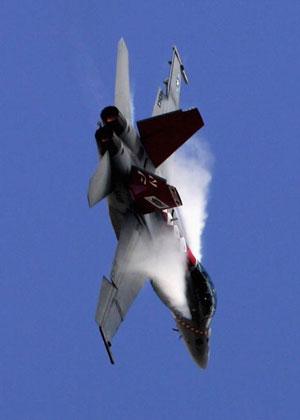 Самолёт F/A-18F Super Hornet участвует в международном авиашоу. Фото: Mark Dadswell/Getty Images