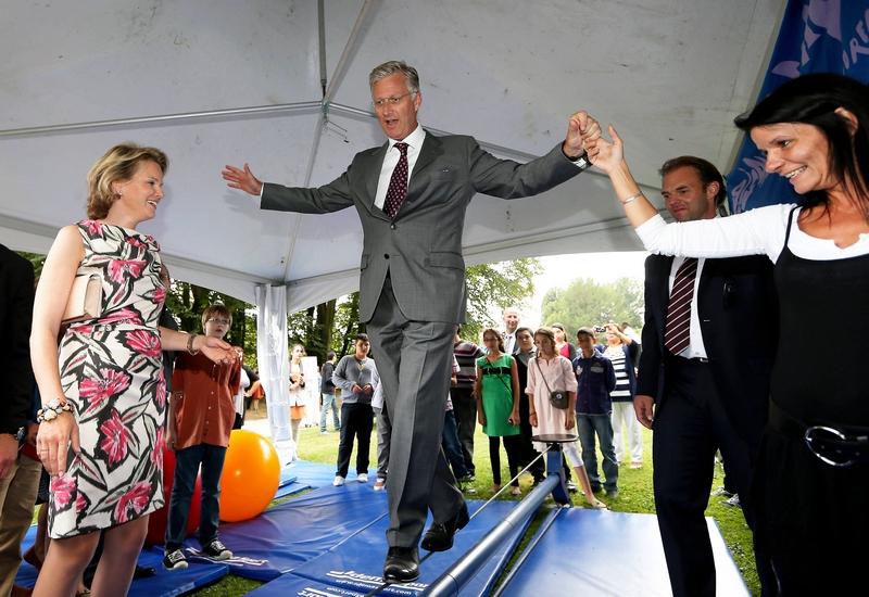 Брюссель, Бельгия, 2 сентября. Кронпринц Филипп идёт по канату во время празднования 20-летия фонда королевы Бельгии Паолы. Фото: NICOLAS MAETERLINCK/AFP/GettyImages