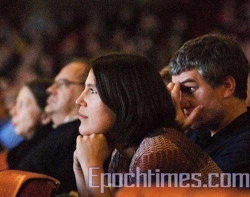 Зрители заворожено смотрят концерт творческого коллектива Шень Юнь Фото: И Лосюн/ Великая Эпоха