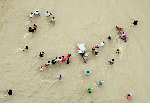 Люди прокладають собі шлях по воді. м. Лансі, провінція Чжецзян. Фото: STR / AFP / Getty Images