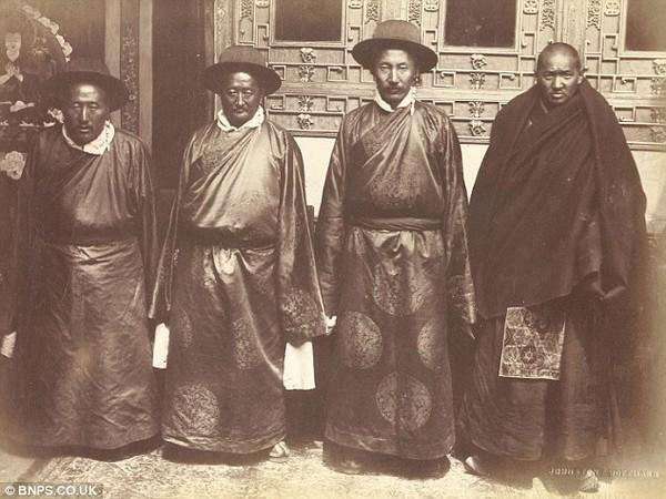 Рада чотирьох в палаці Потала. Історичні фото Тибету. 1903 рік. Фото з dailymail.co.uк