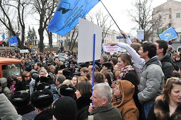 Работники сферы образования и науки перекрыли улицу Грушевского во время акции с требованием повышения зарплаты возле Кабинета Министров Украины 22 марта 2011 года. Фото: Владимир Бородин/The Epoch Times Украина