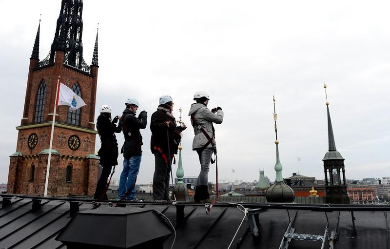 Стокгольм, Швеция, 10 ноября. Гостям столицы предлагают совершить прогулку по крышам города в сопровождении инструктора и с высоты полюбоваться открывающимися видами. Фото: JONATHAN NACKSTRAND/AFP/Getty Images