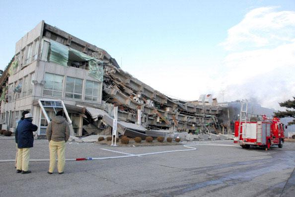 Здание фабрики рухнуло в городе Sukagawa, префектуры Фукусима 11 марта 2011 года после сильного землетрясения в Японии. Фото: AFP PHOTO / FUKUSHIMA MINPO via JIJI PRESS