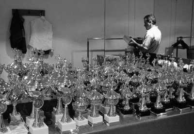 Трофеї для різноманітних категорій чекають переможців. Фото: Getty Images, автор: Камерон Спенсер