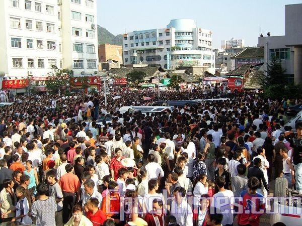 Десятки тысяч жителей уезда Вэнань выражают свой протест против действий полиции и произвола местных властей. Фото: The Epoch Times