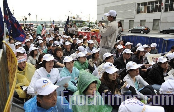 Жители Нью-Йорка 4 июня провели митинг перед консульством Китая. Фото: DAIBING/The Epoch Times