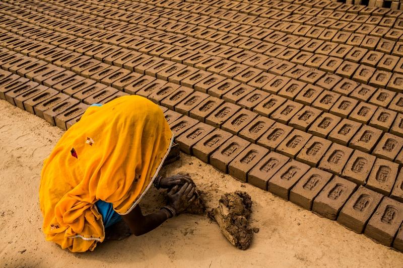 Джайпур, Индия, 23мая. Работница изготавливает глиняные кирпичи на деревенском заводе неподалёку от города Джайпур. Фото: Daniel Berehulak/Getty Images