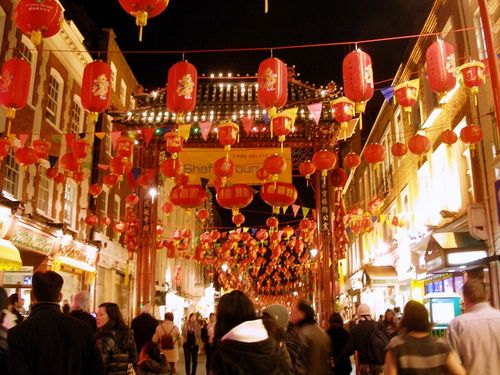 Китайский рынок в Лондоне, наполненный новогодними украшениями. Фото: Центральное агентство новостей