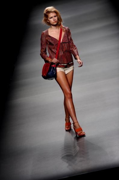 Модель демонстрирует одежду от Devota & Lomba весна/лето 2011,на показе который проходит в Мадриде,Испания.Фото Juinen Джаспер / Getty Images