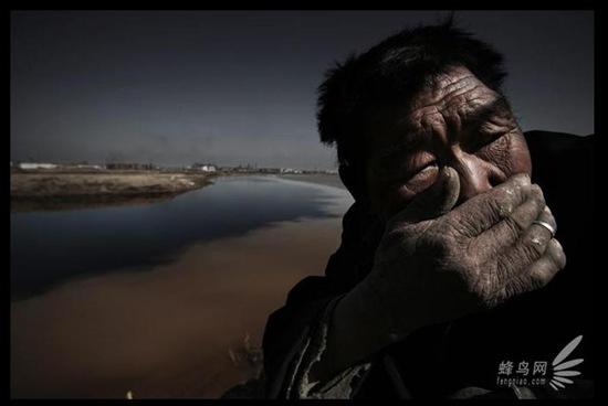 Пожилой пастух не может выдержать зловонного запаха, исходящего от реки Хуанхэ, воды которой заражены промышленными отходами. 23 апреля 2006 год. Фото: Лу Гуан