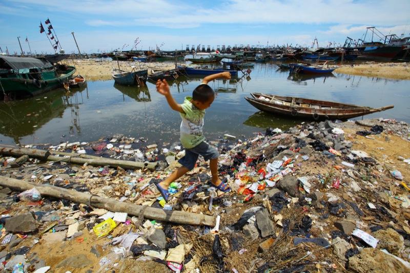 Скопление мусора возле водоема в Китае в Анкан провинции Хэнань. Фото: AFP/Getty Images