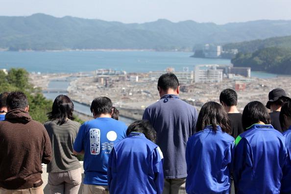 Минута молчания. 14.46 по местному времени. 11 марта именно в эту минуту в Японии произошло сильнейшее землетрясение. г. Минамисанрику, префектура Мияги. Фото: Kiyoshi Ota/Getty Images