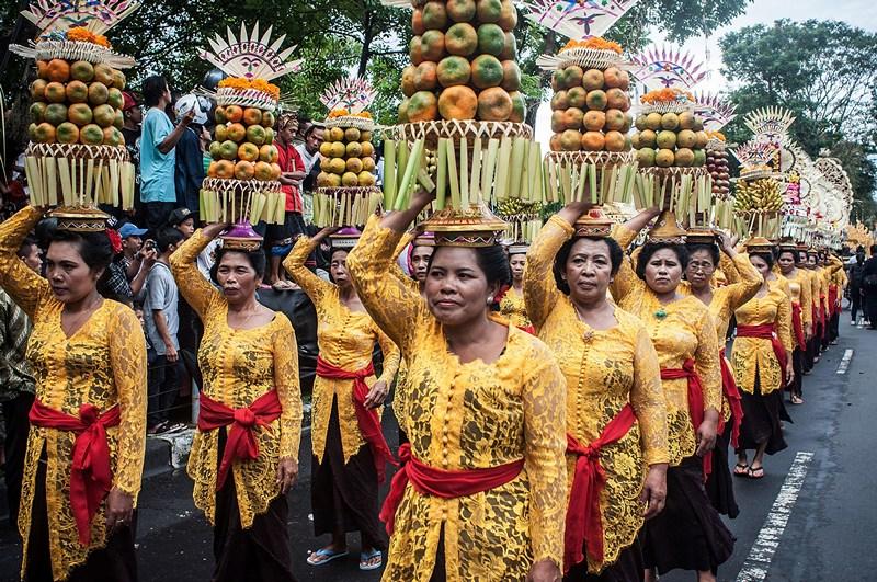 Денпасар, Бали, 15 июня. 35-й Международный фестиваль искусств открывает парад женщин, несущих угощение из фруктов. Фото: Putu Sayoga/Getty Images