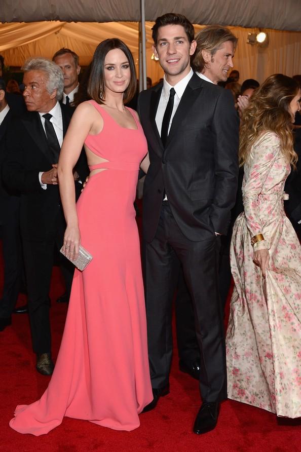 Емілі Блант і Джон Красінскі, обидва одягнені від Calvin Klein. Фото: Dimitrios Kambouris/Getty Images