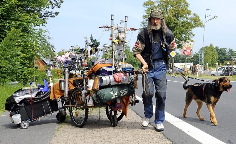 Німеччина, 16 липня. Берлінець Вернер подорожує разом із собакою на ім'я Луна. Усі речі вміщаються на двох возах. Вернер вирушив у мандрівку в кінці березня і вже подолав понад 1000 км. Фото: ІНГО WAGNER/AFP/Getty Images
