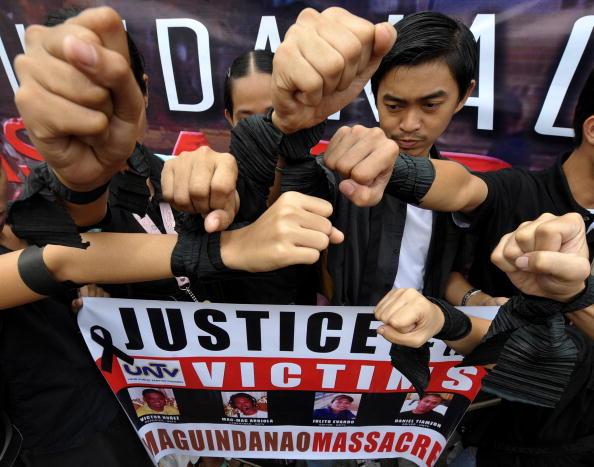 Во время панихиды одного из журналистов, который погиб в политической расправе, филиппинцы требуют справедливого наказания виновных. Главный офис телеканала UNTV в городе Кесон-Сити, пригород Манилы, столица Филиппин. Фото: JAY DIRECTO/AFP/Getty Images