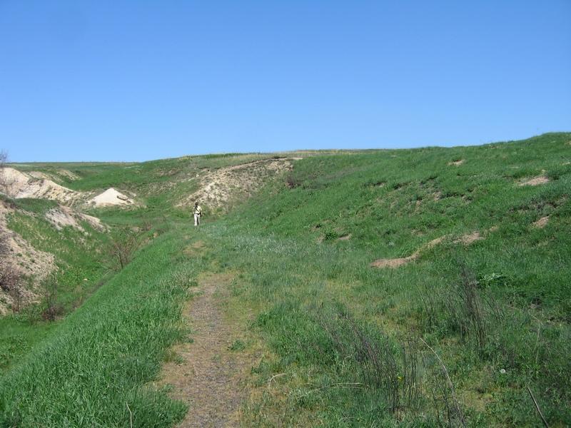 Над каньйоном простягається зелена долина, м'які пагорби та ярки. Фото: Мілостнова Росіна/The Epoch Times України
