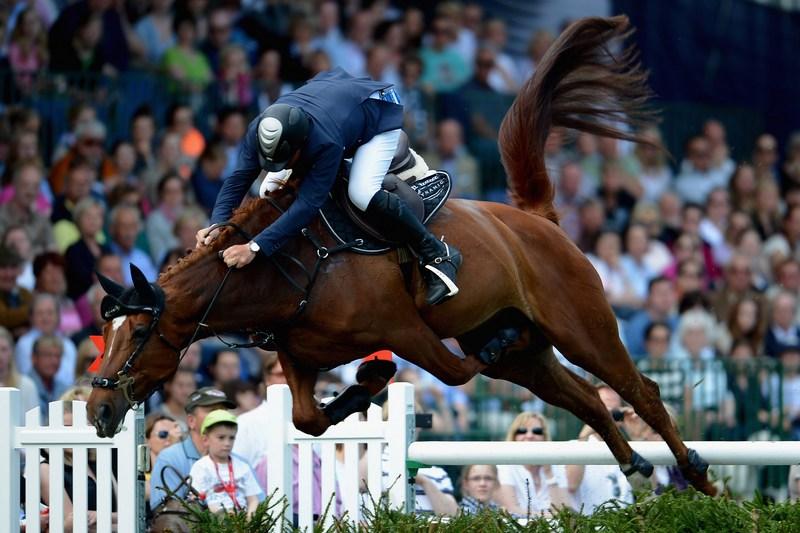 Гамбург, Германия, 20мая. Британец Кристофер Фрейзер на лошади по кличке «Эмоция» участвует в 83-м Немецком прыжковом дерби. Фото: Dennis Grombkowski/Bongarts/Getty Images