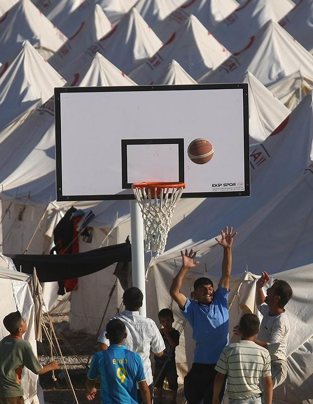 Сирийские дети-беженцы играют в лагере беженцев недалеко от турецкой границы города Yayladagi в провинции Хатай 26 июня 2011 года. Фото: ADEM ALTAN/AFP/Getty Images