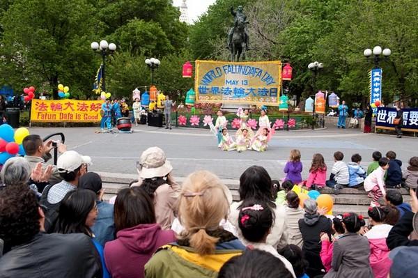 Нью-Йорк (США). Последователи Фалуньгун отмечают Всемирный день Фалунь Дафа. 2010 год. Фото с minghui.org