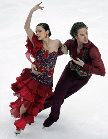 Натали Пешала и Фабиан Бурза (Франция) исполняют оригинальный танец. Фото: YURI KADOBNOV/AFP/Getty Images