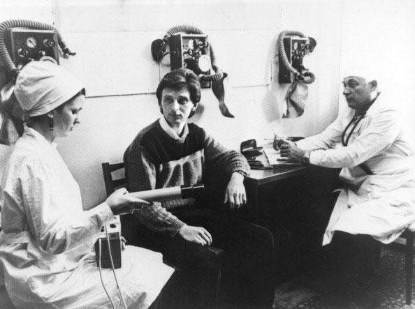 Врачи в санатории «Лесная поляна» 15 мая 1986 года измеряю уровень радиации на инженере, который работал на Чернобыльской АЭС. (STF/AFP/Getty Images)