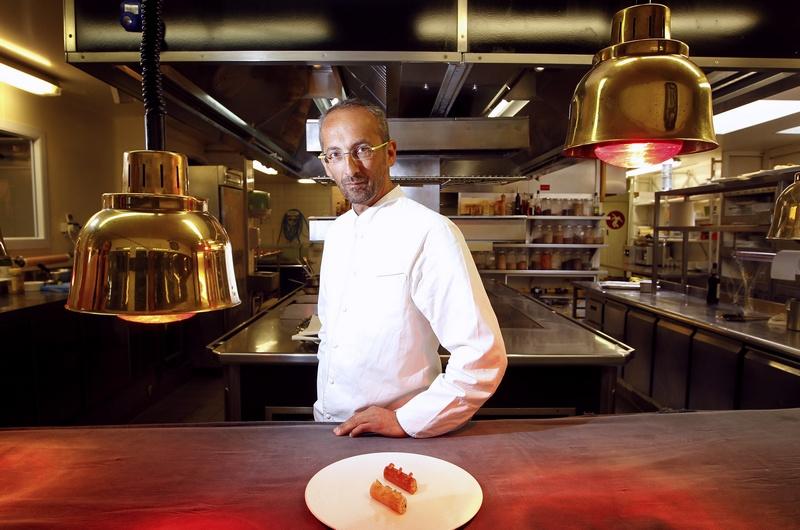 Пойак, Франция, 18 июля. Именитый шеф-повар Мишель Портос, удостоенный награды «Лучший кулинар 2012 года», демонстрирует блюдо в своём ресторане для гурманов «Сент-Джеймс». Фото: PATRICK BERNARD/AFP/GettyImages